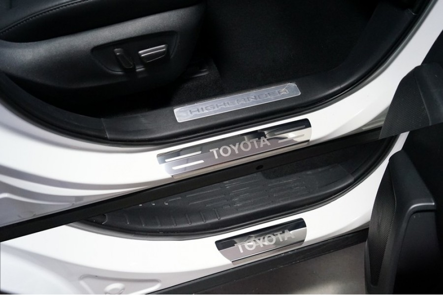 Накладки на пороги (лист зеркальный надпись Toyota) 4 шт