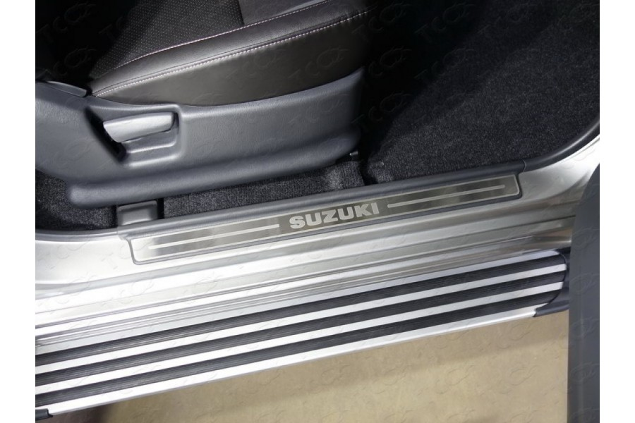 Накладки на пластиковые пороги (лист шлифованный надпись Suzuki) 2шт